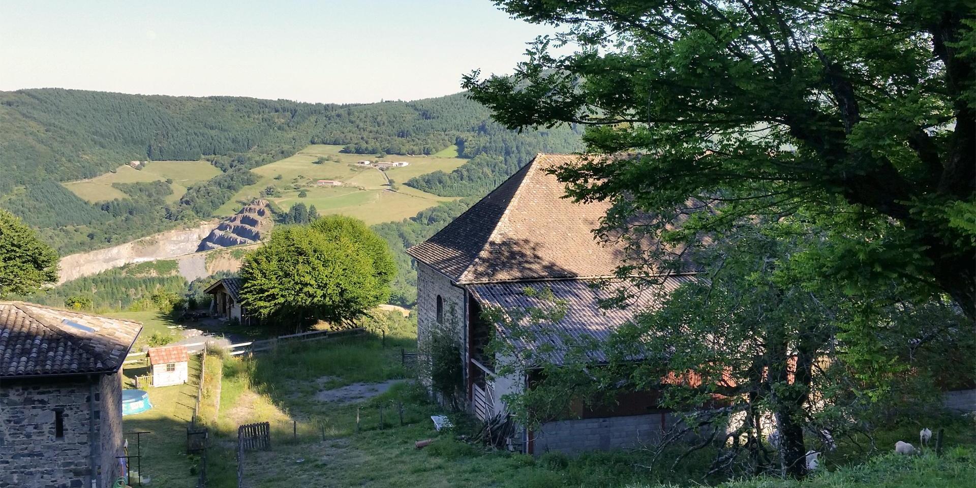 Panorama de la ferme d'Amalthée et de son magnifique paysage en Beaujolais vert